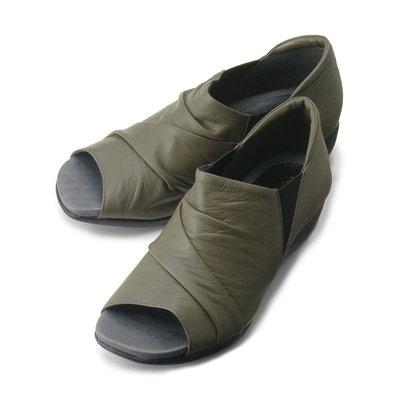 牛皮革の風合いを生かしたデザイン。簡単に脱ぎ履きできるスリッポンタイプです。