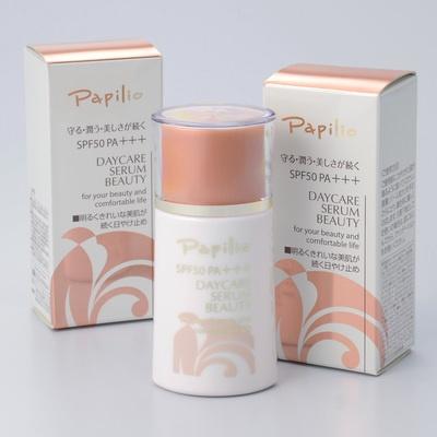 SPF50 PA+++の日焼け止めでありながら、艶やかで明るくキメの整った肌を演出。