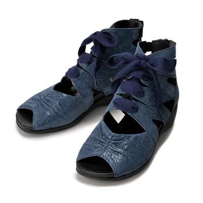 バックファスナーで着脱もスムーズ。中敷きのクッション材が足裏を優しく支えます。