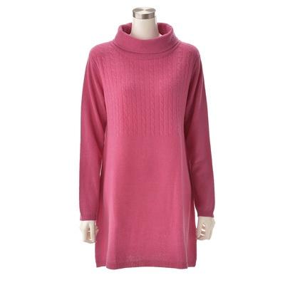 首周りを暖かく包むオフタートルネックと、フロント上部のケーブル編みがポイント。