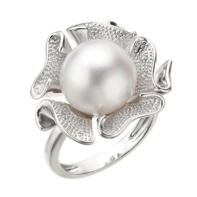 フラワーをモチーフにした華やかなデザイン。11.0mmUPの大珠白蝶真珠が目をひきます。