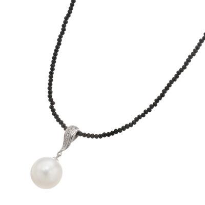 存在感のある白蝶真珠とブラックスピネルのコントラストが装いを印象的に仕上げます。