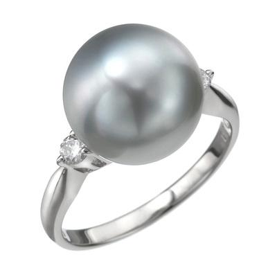 真珠科学研究所がテリ最強と認めた希少な黒蝶真珠のみを厳選して使用しています。