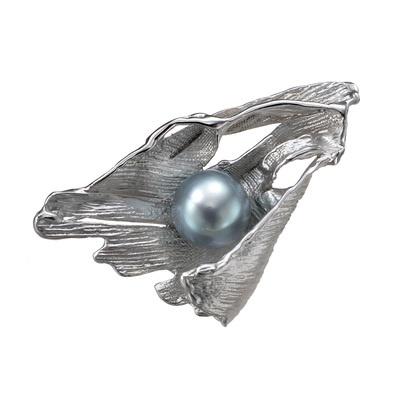 和紙をイメージした立体感あふれるモチーフに黒蝶真珠を留めたエレガントなブローチ。