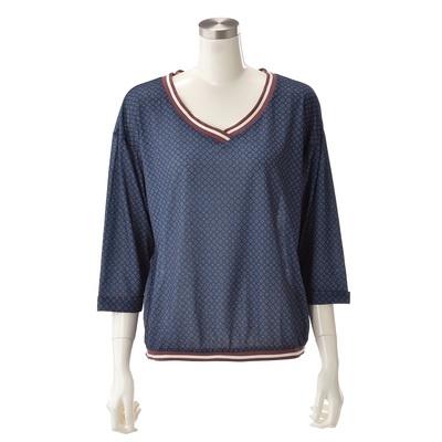 ミックステイストのプルオーバー。襟元や裾のラインがスポーティーな雰囲気を演出。
