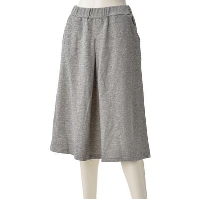 カジュアルにもきれいめにも使える、リラックス感あるミモレ丈のスウェットスカート。