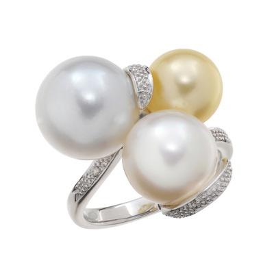 白蝶真珠を3ピース使った、ボリュームあるマルチカラーのリングです。