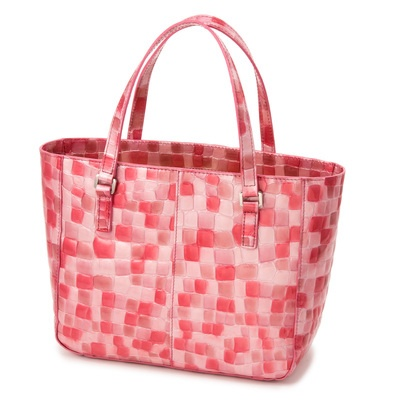 小ぶりながらも内側にはあおりポケットが付き、整理もしやすいつくりのハンドバッグ。