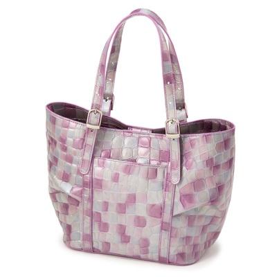 ドレープを寄せた、女性らしいデザイン。使いやすいサイズのハンドバッグです。