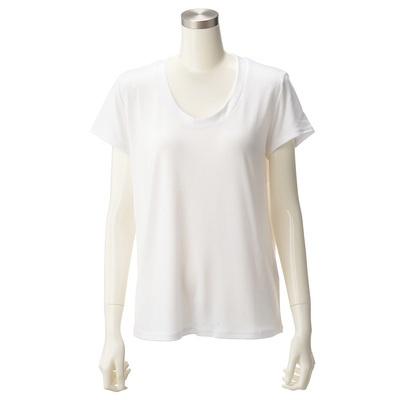 深めに開いた、ややUネックライン。いろいろ着まわせる、シンプルなTシャツです。
