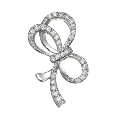 柔らかな曲線が美しいリボンモチーフに、ロシアンダイヤをセッティング。
