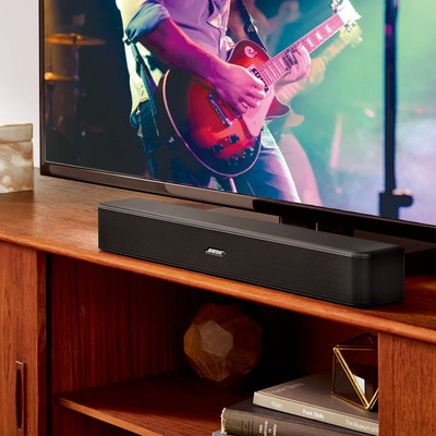 ケーブル一本でテレビの音声を明瞭に再生する、一体型のサウンドバーシステムです。