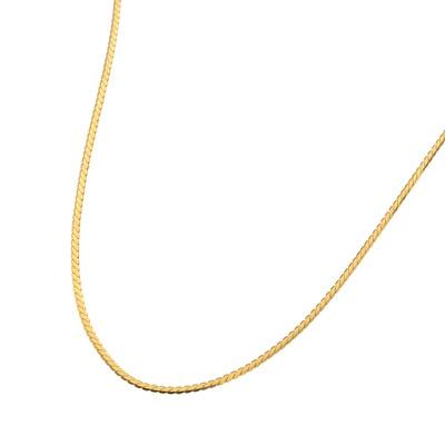 純金の潤みのある輝きが光の帯となり、しなやかに胸元に寄り添う、贅沢なネックレス。