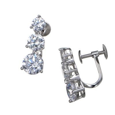 3粒のダイヤモニーククリアCZを、したたる雫のように並べたイヤリング/ピアスです。