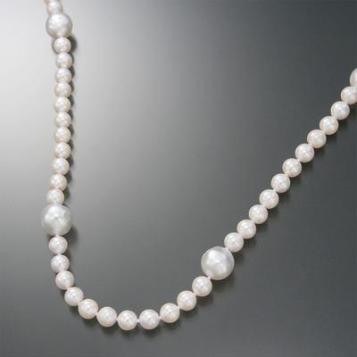 アコヤ真珠に大珠の白蝶真珠をポイントに配置した、表情豊かなロングネックレスです。