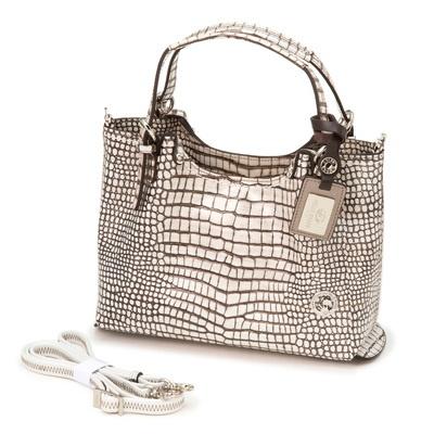 サイド部分がバッグを支える構造。底ビョウつきで、置いた時にも安定感があります。