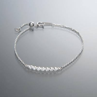 ラインに沿ってカナディアンダイヤモンドをあしらったブレスレットです。
