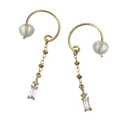 透明感が魅力のバゲットカットと、理想的な輝きを放つH&Cのダイヤをドロップ。