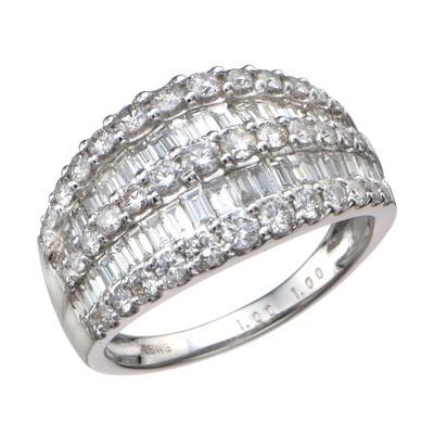 地金を極力見せないセッティングで、ダイヤモンドの輝きをさらに引き立てました。