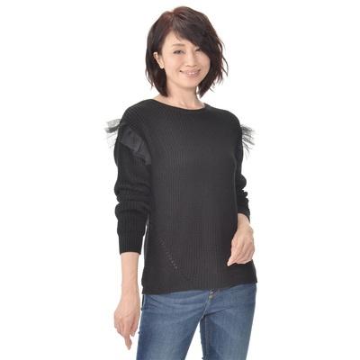 伸びも良く着用しやすいのが特長の、片畦編み仕上げ。袖のチュールがフェミニンです。