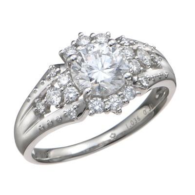センターに1.00ctUPのカナディアンダイヤモンドを贅沢に使用した、煌びやかなリング。