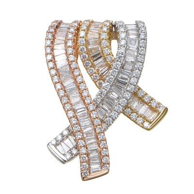 テーパーダイヤを敷きつめたラインが立体的にクロスする、豪華なペンダントヘッド。