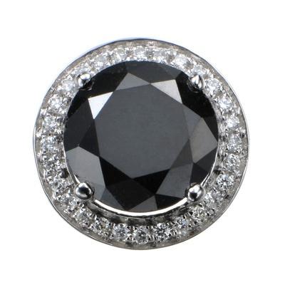 1.35ctUPのブラックダイヤモンドが存在感たっぷりに輝く、モダンなペンダントヘッド。