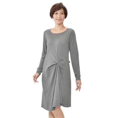 一枚着るだけで大人っぽいエレガントなスタイルが完成する、ニット素材のワンピース。