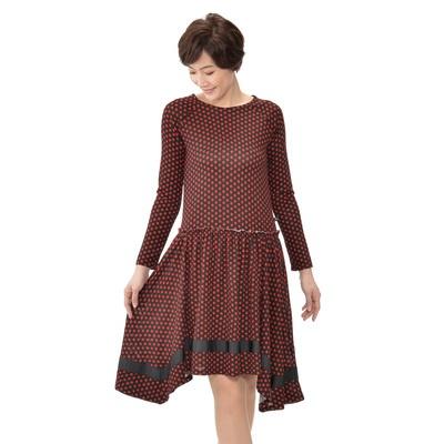 柔らかな素材感や印象的なドット柄、変則的な裾など、大人フェミニンな要素が満載。