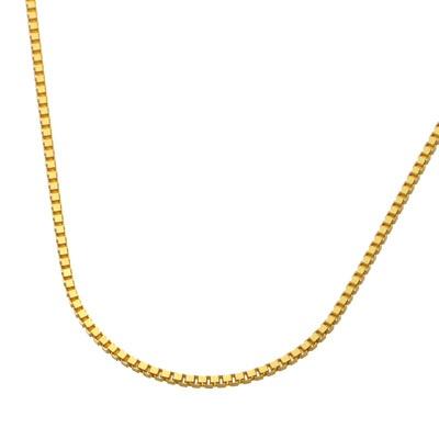 4面カットを施した純金のベネチアンチェーンが、デコルテを華やかに演出します。