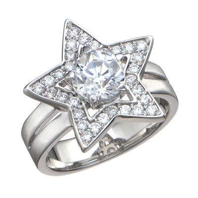 愛らしい星モチーフにキュービックジルコニアを配した、ロマンティックなリングです。
