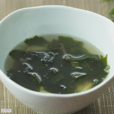 お湯を注ぐだけで美味しくいただける「日光のゆば入り和風スープ」。