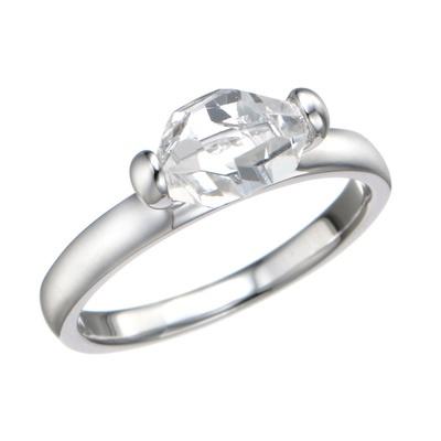 水晶を2ポイントでセッティング。原石の形状をそのまま活かしたリングです。