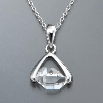 水晶を2ポイントでセッティング。世界に2つと同じものが無い個性が、魅力です。
