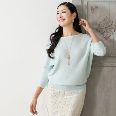 ゆったりしたサイズのドルマンシルエット。バイアス柄の編地で、雰囲気のある表情に。