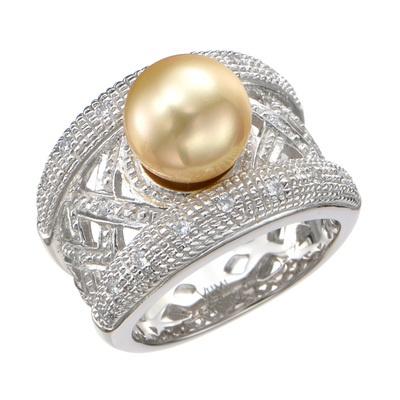 ワイドアームのクラシカルな面持ちが、シェルパールの艶めきを引き立てるリングです。