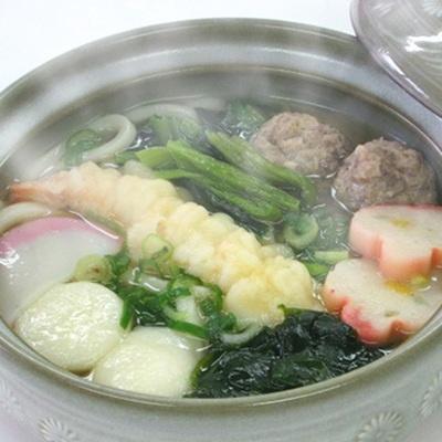 コシのある麺とだしの旨さが絶妙に絡み合う、具材たっぷりの鍋焼きうどんです。