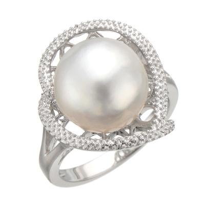 艶やかな白蝶真珠をゆるやかなハートデザインで包み込んだ、優雅なリングです。