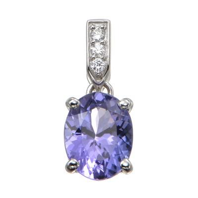 角度によって青や紫など優しい光が現れる、オーバルシェイプのタンザナイトをセット。