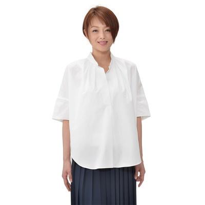 フリーサイズ感覚でゆったり着られる、スタンドカラーのスキッパーシャツです。