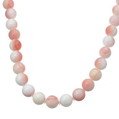 神秘的な輝きがデコルテに映える、丸珠コンクシェルを使用したネックレスです。