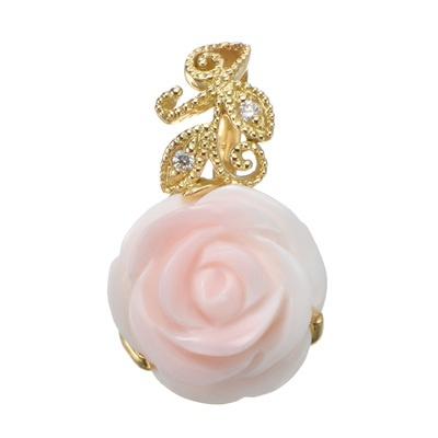 コンクシェルに薔薇モチーフのカービングを施した、存在感あるペンダントヘッドです。