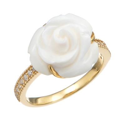 薔薇の花をイメージし、繊細なカービングが施されたコンクシェルが、エレガントです。