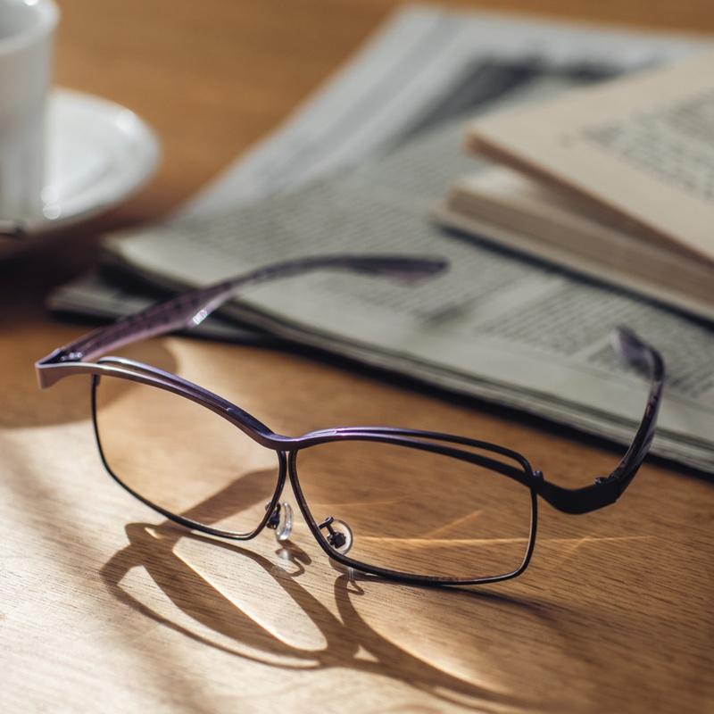 メガネの上から掛けられるおしゃれな拡大鏡